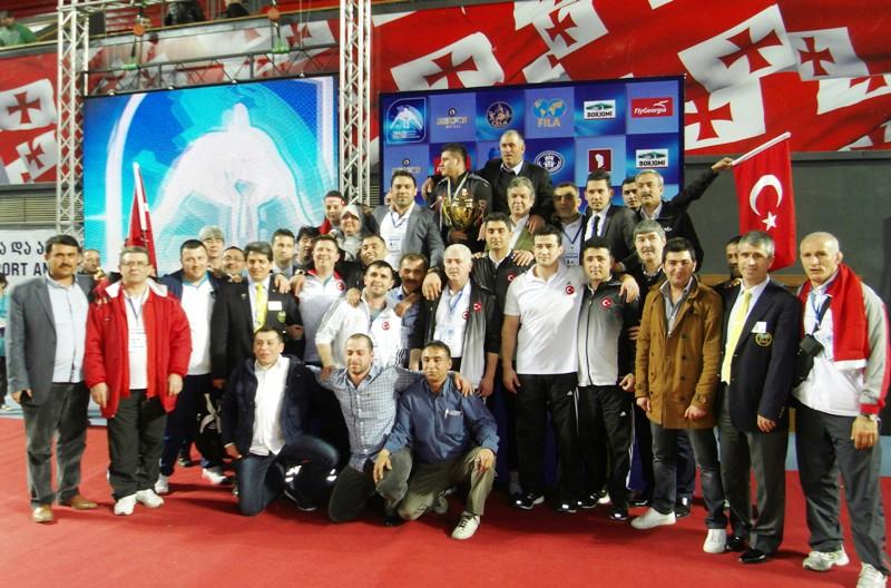 Ata KARATAŞ/Tiflis/TGF; Gürcistan'ın başkenti Tiflis'teki Tbilisi Sport Palace'da devam eden şampiyonada, grekoromen stilde mindere çıkan Türk sporculardan Rıza Kayaalp altın, Fatih Üçüncü ve Cenk İldem ise bronz madalya aldı. 120 kiloda Rıza Kayaalp,