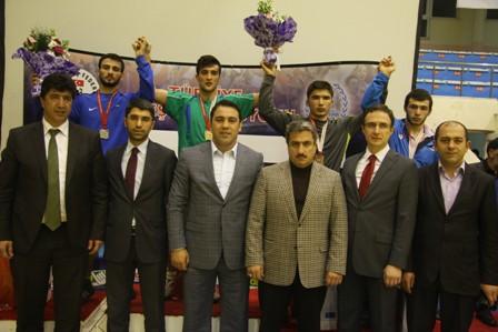Dün;Erzurum'da başlayan Genç Erkekler Serbest Türkiye Şampiyonasını ilk gün saat 13:30'da 60kg, 84kg ve 120 kg müsabakaları ile sona erdi