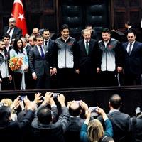 Türkiye Güreş Federasyonu Başkanı Hamza Yerlikaya, Başbakan Recep Tayyip Erdoğan'ın, Avrupa Şampiyonası'nda madalya kazanan güreşçileri AK Parti Grubu'nda misafir ederek, ata sporuna bir kez daha sahip çıktığını bildirdi.