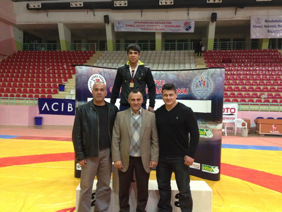 Federasyonumuz faaliyet programında yer alan Yıldız Erkekler Grekoromen Türkiye Şampiyonası 42 Kg, 54 Kg ve 69 Kg müsabakaları ile saat 14:00'te Yozgat Bozok Spor Salonunda start aldı.