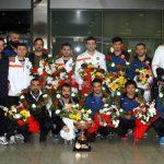 Büyükşehir Belediyesspor teknik heyet ve sporcuları çiçeklerle karşılandı.