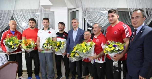 Bolu Valisi Aydın Baruş, 2016 Rio Olimpiyatları öncesinde Bolu/Aladağ'da kamp yapan Grekoromen Güreş Olimpik Milli Takımı sporcuları ile iftarda bir araya geldi.